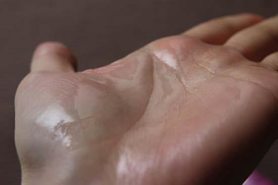 ラサーナ ヘアエッセンス 洗い流さないトリートメント 質感1